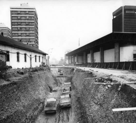 Construcción de la Línea 1 del Metro de Santiago en 1974. Fuente imagen: Alberto Sironvalle (alb0black en Twitter).