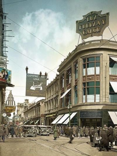 Paseo Ahumada esquina Compañía de Jesús en 1929. Foto del Archivo Chilectra y coloreada por Maui Gacitúa, quien la compartió con En Terreno.
