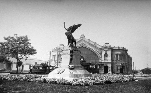 Plaza Italia y Estación Pirque de Santiago en 1927. Fuente Alberto Sironvalle (@alb0black n Twitter).