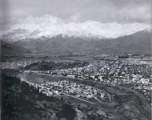 """Santiago hacia el oriente en 1959. Fotografia del libro """"Chile"""" de Robert Gerstmann. Imagen vía En Terreno."""
