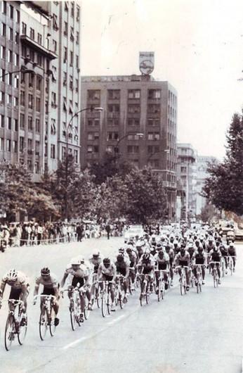 """Archivo del diario """"Fortin Mapocho"""", publicada el  4 noviembre de 1990. Panorámica de una carrera ciclista en la Alameda de Santiago. Cortesía Historia del Ciclismo Chileno."""
