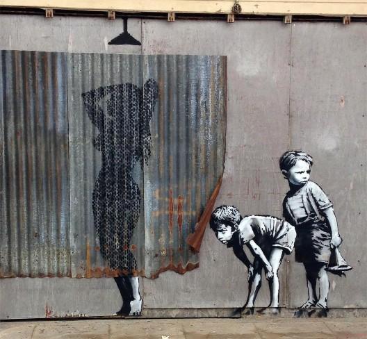 """Mural de Banksy en """"Dismaland"""", Reino Unido."""