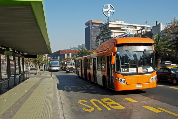 Bus de Transantiago en la Alameda. © mariordo59, vía Flickr.