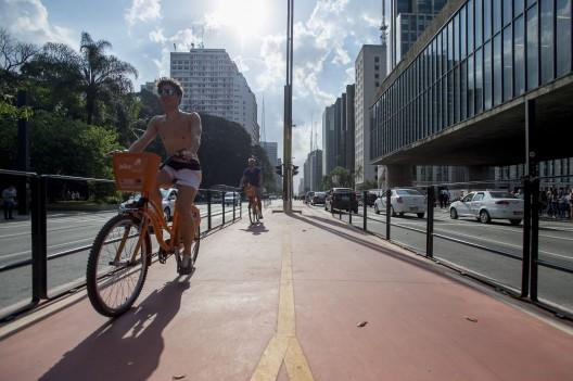 Ciclovía en Avenida Paulista. © Marcelo Camargo/ABr, vía Wikimedia Commons.