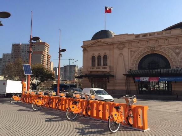 Estación Bike Santiago en el frontis del Centro Cultural Estación Mapocho. Fuente imagen: Bike Santiago en Facebook.