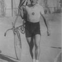 """Jorge Hidalgo, autor de la """"Vuelta Chile"""". Foto tomada en el Velódromo San Eugenio en marzo de 1945. Cortesía """"Historia del Ciclismo Chileno""""."""