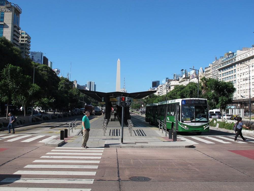 Metrobús en la Avenida 9 de Julio, Buenos Aires. ©ndrzej Otrębski, vía Wikimedia Commons.