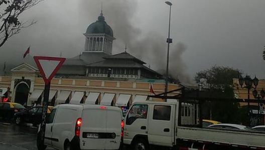 Incendio en Mercado Central de Santiago. Imagen vía Twitter