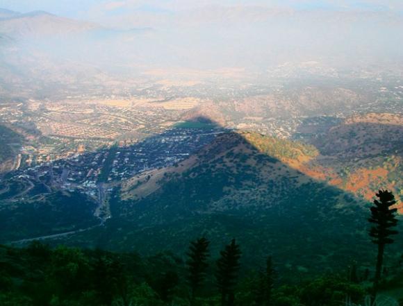 Sombra del cerro Manquehue sobre Santiago. Foto por Martín del Río. Cortesía Ladera Sur
