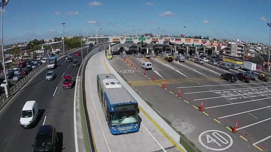 Metrobús en AU 25 de Mayo, Buenos Aires. © Buenos Aires Ciudad, vía Wikimedia Commons.