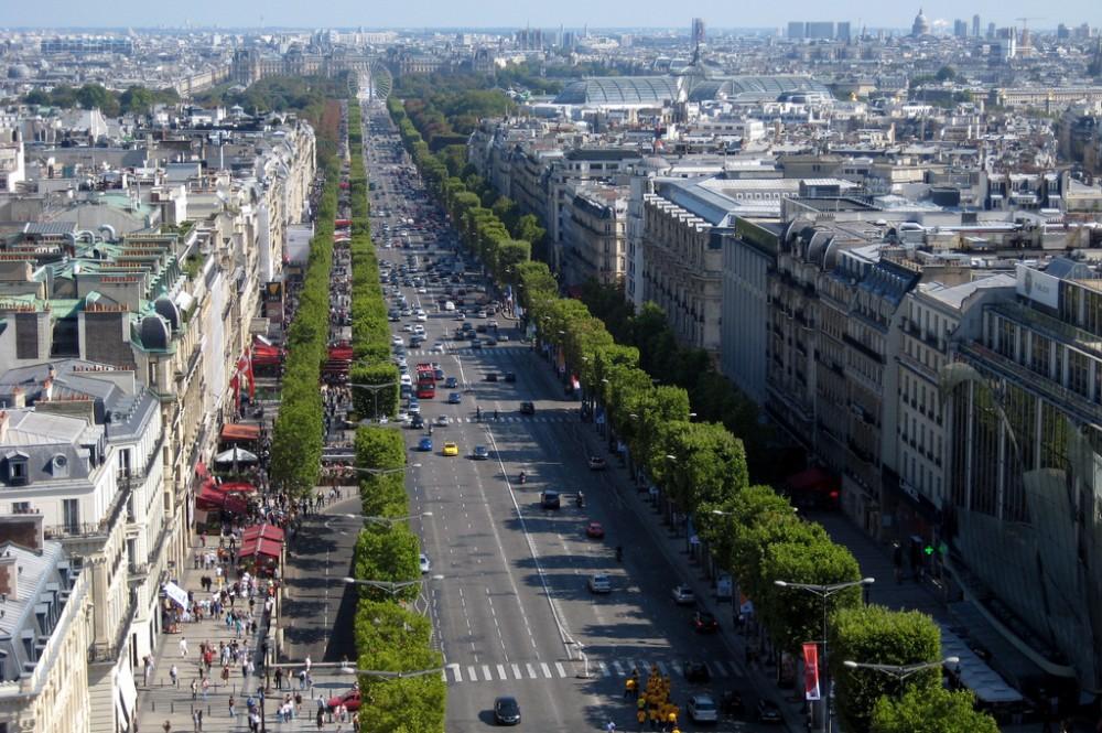 Avenida de los Campos Elíseos desde el Arco de Triunfo, París. © wallyg, vía Flickr.