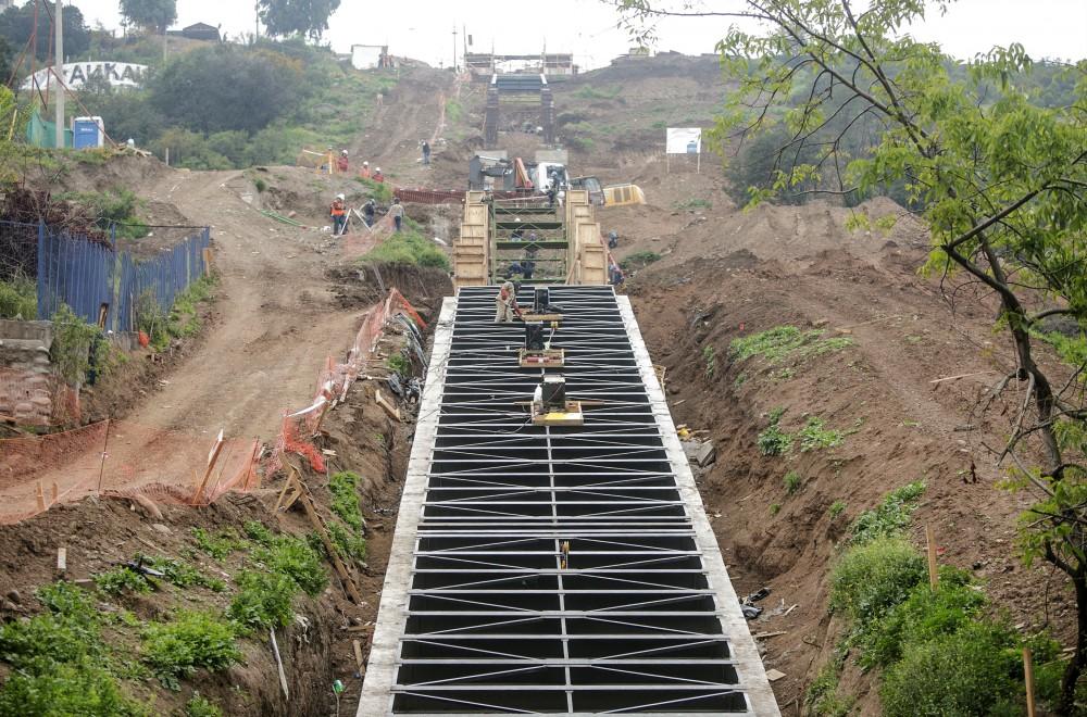 Construcción de ascensores en el Cerro 18. Cortesía Municipalidad de Lo Barnechea.