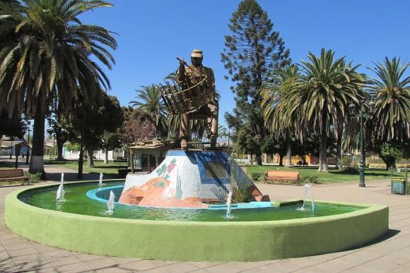 Monumento al Tejededor de Mimbre en la Plaza de Armas de Chimbarongo. © Marco Antonio Correa Flores, vía Wikimedia Commons.