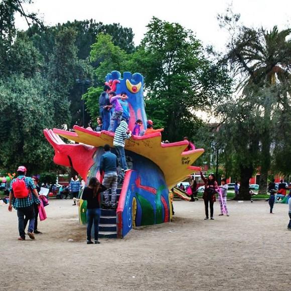 Juegos de la escultora Federica Matte en Plaza Brasil. Cortesía Barrio Brasil en Instagram
