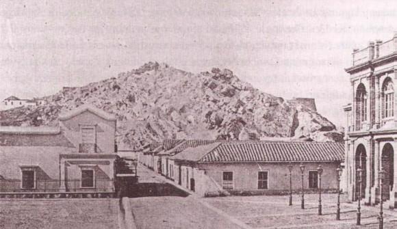 Vista del cerro Santa Lucía antes de su remodelación hacia 1870. Fuente: Archivo fotográfico y digital de la Biblioteca Nacional.