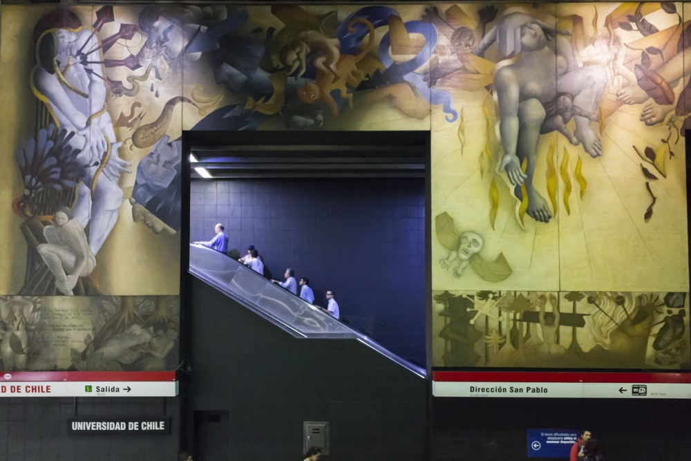 """Mural """"Memoria Visual de una Nación"""" de Mario Toral en la estación Universidad de Chile. © Andrea Manuschevich para Plataforma Urbana"""