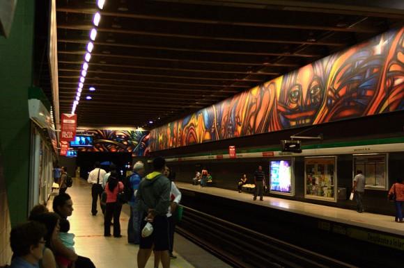 """Obra """"Vida y Trabajo"""" de Alejandro """"Mono# González en estación de metro Parque Bustamante. Wikimedia Commons"""