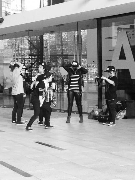 Bailarines de K-Pop en el GAM. Image © Sebastián López y Ángela Carvajal