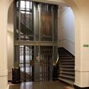 """Entrada al ascensor en la Casa Matriz. Fuente: Libro """"Banco de Chile, patrimonio de todos los chilenos""""."""