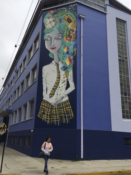 Mural en el Liceo Matilde Brandau de Ross en Valparaíso. Cortesía de Cines.