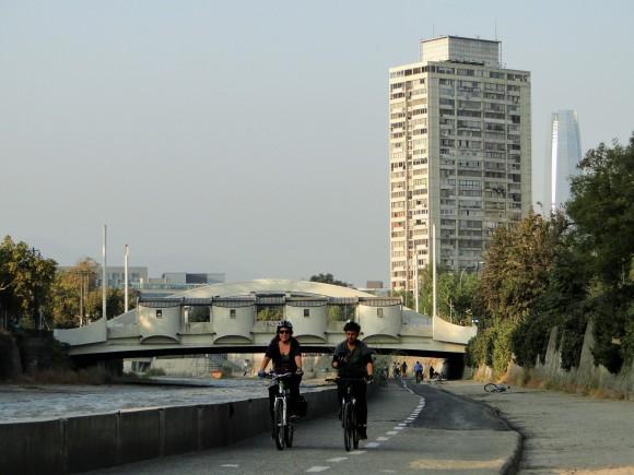 Adultos, jóvenes y familias enteras, recorrieron la ciclovía que se realiza cada año por esta fecha, desde el 2011, bajo el lema Yo Vivo Mapocho.