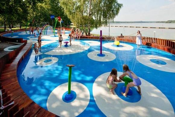 Zona de juegos en Tychy, Polonia. Diseñado por RS+ Robert Skitek. © Tomasz Zakrzewski