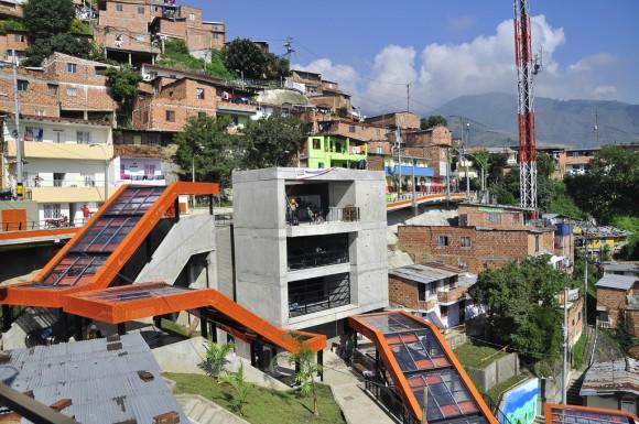 Escaleras mecánicas en Medellín, Colombia. © Embarq Brasil, vía Flickr.