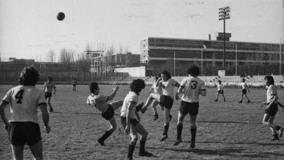 Estadio de la Universidad de Santiago. Al fondo, Villa Portales.