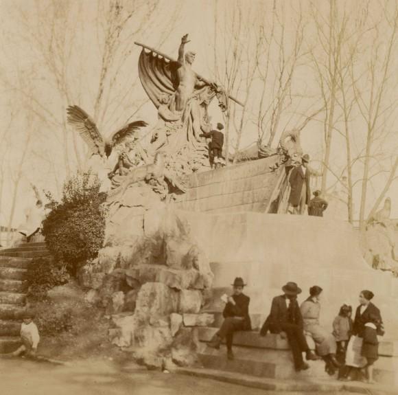 Fuente Alemana, inaugurada en 1912 en el Parque Forestal de Santiago. c. 1915. Archivo Patrimonial Brügmann.