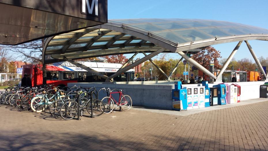 Estacionamiento de bicicletas en estación de Metro en Washington, D.C. © Rodrigo Díaz. Pedestre.