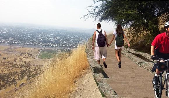 Imagen objetivo de la primera etapa del Parque Metropolitano Cerro Chena, Camino de media falda. Cortesía Gobierno Regional Metropolitano de Santiago para Plataforma Urbana