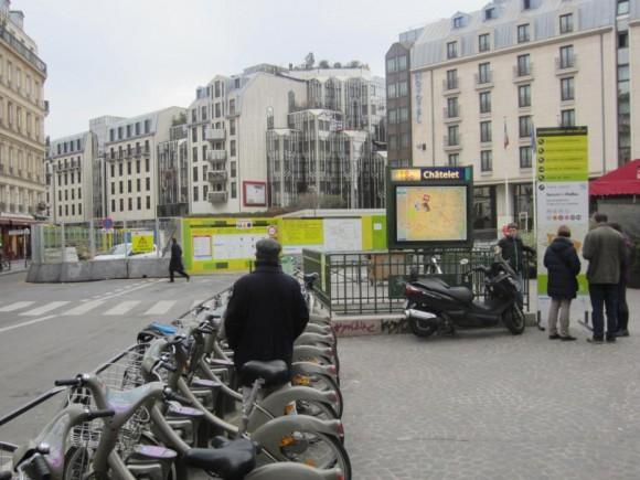 Bicicletas públicas al lado de estación de Metro en París. © Pedestre