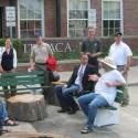 Svante Myrick (de corbata) conversa con los vecinos de Ithaca en el parklet alcaldicio. Imagen tomada de la cuenta de Facebook de Myrick vía Pedestre