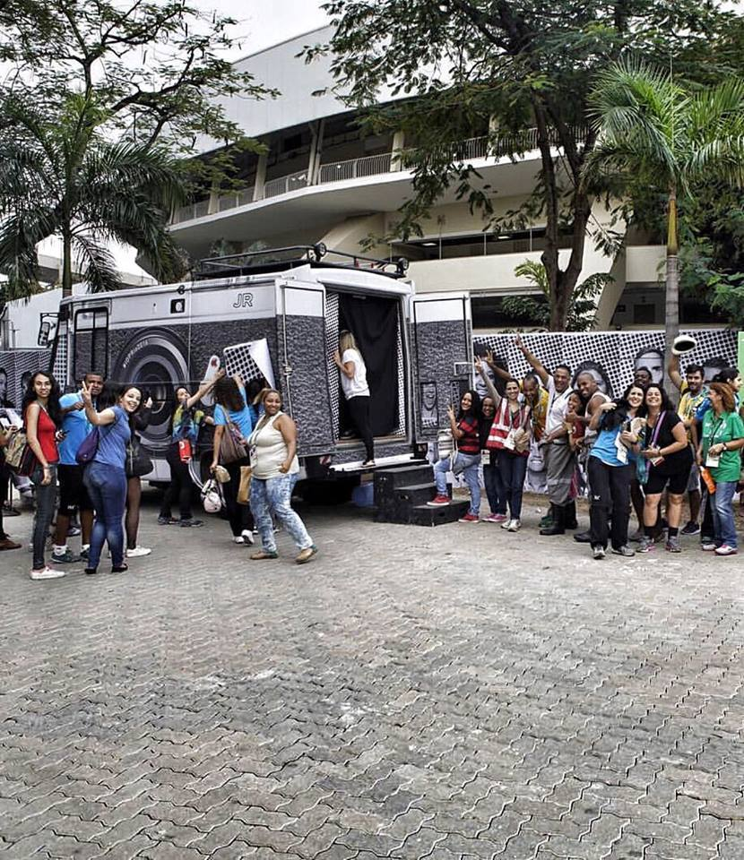 Cabina fotográfica del projeto Inside Out en Rio de Janeiro. Imagen © JR, vía Facebook del artista