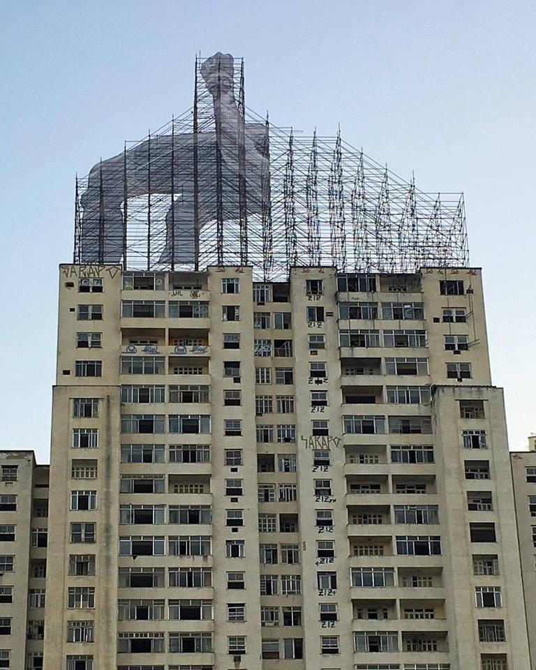 Construcción de la instalación que muestra a Mohamed Younes Idriss saltando sobre edifício. Imagen © JR, vía Facebook del artista