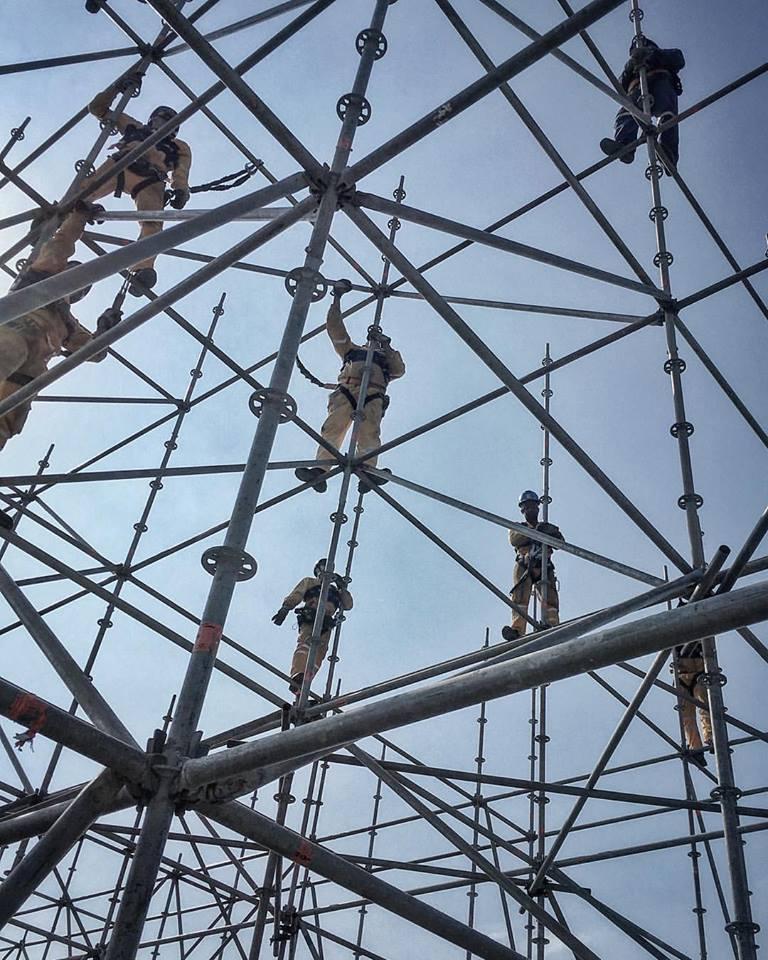 Construcción de los andamios para la obra del saltador. Imagen © JR, vía Facebook del artista