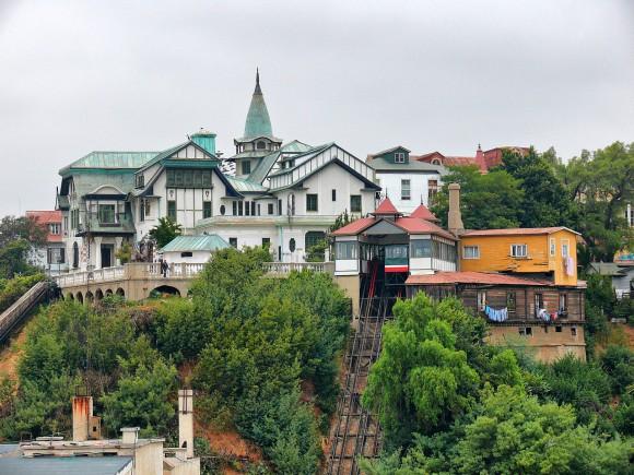 Ascensor El Peral, Cerro Alegre, Valparaíso. © Wikimedia Commons Usuario: Marcelo Ois Lagarde. Licencia CC BY-SA 3.0
