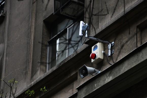 Sistema de alarmas y altavoces en calle San Antonio. © Mara Daruich para Municipalidad de Santiago.