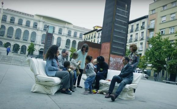 Bancos para compartir el nuevo mobiliario urbano for Mobiliario espacio publico