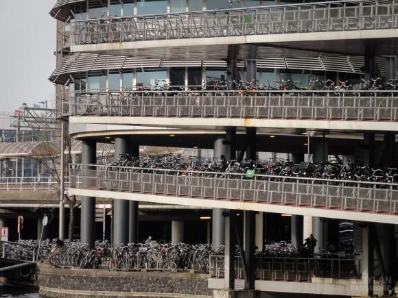 Amsterdam estacionamientos bicicletas Flickr Usuario Dylan Passmore Licencia CC BY-NC 2.0
