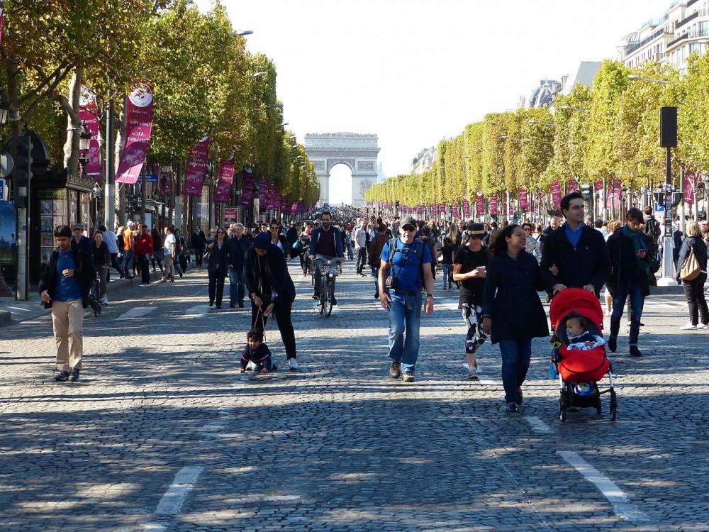 Campos Elíseos de París para el Día Mundial Sin Autos 2015. © Wikimedia Commons Usuario: Ulamm. Licencia CC BY-SA 4.0