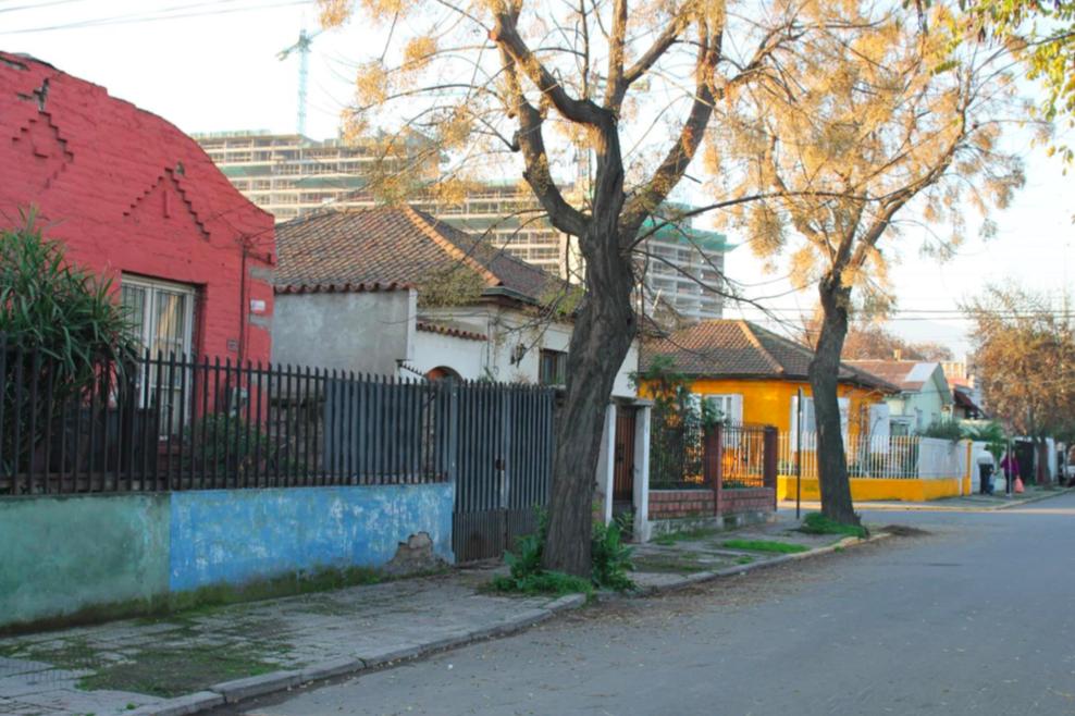 Vista de la Población Artesanos a Unión por calle Tristán Cornejo esquina Alonso de Reinoso. © Alicia Campos Gajardo 2016). Cortesía Independencia Cultural para Plataforma Urbana.