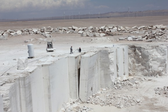 El mármol travertino fue encontrado durante nuestra expedición al Norte de Chile, Desierto de Atacama, buscando materiales nativos. La cantera de Travertino ha estado activa desde hace 10 años sólo en Chile.. Image Cortesía de Estudio del paisaje Teresa Moller y Asociados