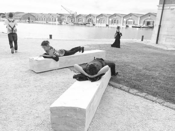 Mármol usado por la gente para sentarse, relajarse y leer durante su visita a la Biennale.. Image Cortesía de Estudio del paisaje Teresa Moller y Asociados