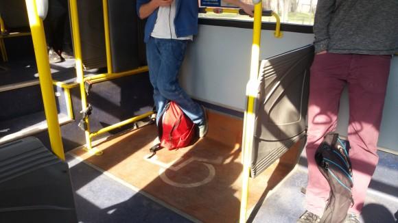 Falta estandarizar pasamanos de apoyo en el espacio reservado