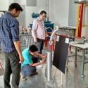 Ajuste en pruebas en laboratorio de alto voltaje UTFSM.  Cortesía equipo MPZERO para Plataforma Urbana