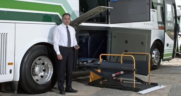 De las empresas privadas de transporte nacionales solo encontramos información de accesibilidad en la empresa Yanguas, en este caso de buses para arriendo. Imagen vía yanguas.cl