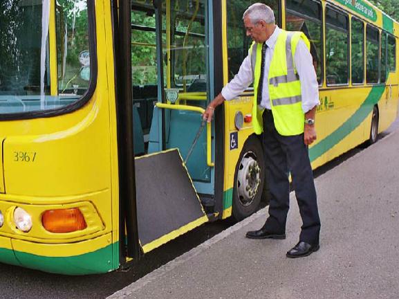Rampa manual en bus con sistema de accionamiento de fácil uso.