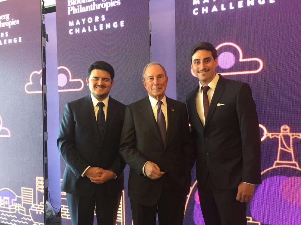 De izq. a der.: Concejal electo por Santiago, Jorge Acosta, Michael Bloomberg y Sebastian Peña, encargado de Stgo Sano.