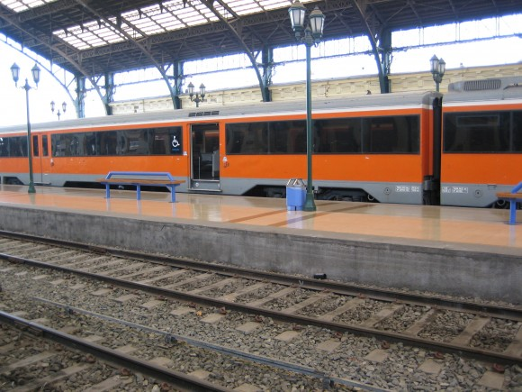 Estaciones y vagones de trenes debieran contar con accesibilidad. A pesar de los avances se requieren mayores facilidades accesibles en el transporte marítimo, especialmente por el uso importante en ciertas regiones del país.